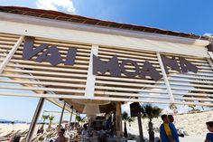 Vai Moana está inspirado en las Islas de Pascua, una pequeña porción de las paradisíacas islas en Barcelona. #beachbar #chiringuito #cocinamediterranea #surf