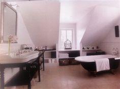 Bathroom Hørsholm; Bistrot taps, palladio basin, rolltop bath by AQUADOMO