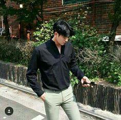 Korean Fashion Trends you can Steal – Designer Fashion Tips Cute Asian Guys, Hot Asian Men, Cute Korean, Korean Men, Asian Boys, Cute Guys, Korean Fashion Trends, Korea Fashion, Boy Fashion