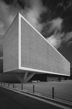 The facade of the Progrés-Raval Health Center in Badalona by Jordi Badia. Facade Architecture, Beautiful Architecture, Beautiful Buildings, Contemporary Architecture, Brutalist Buildings, Facade Design, Building Design, House, Health Center