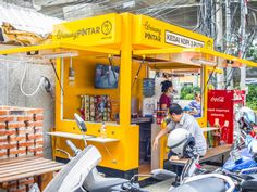 New project outfits Indonesia's street vendors with free Wi-Fi and smart tech – TechCrunch Food Stall Design, Food Cart Design, Small Coffee Shop, Coffee Shop Design, Deco Restaurant, Restaurant Design, Kiosk Design, Store Design, Kiosk Store