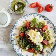 Met een gevulde portobello zet je snel een hoofdgerecht op tafel waar geen vlees aan te pas komt. Deze versie met ui en kaas is top! Portobello, Brie, Veggie Recipes, Healthy Recipes, Pesto, I Want Food, Warm Salad, Vegetable Salad, Tasty Dishes