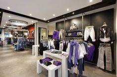 Tienda de ropa ,con un toque de glamur ya que tienes expuesta la ropa de tal manera que le da el toque debido a los colores de la ropa , la colocacion, la iluminacio, etc..  IV