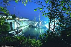 Aidan Turner films smuggling scene for hit drama Poldark in Cornwall Aidan Turner, Charlestown Cornwall, Cornish Coast, Bbc Drama, Poldark, Period Dramas, On Set, The Darkest