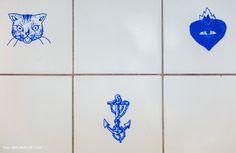 29-decoracao-cozinha-azulejos-customizados-simbolos-tatuagem