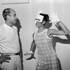 Andre Courrèges avec un modèle lors de la collection haute couture 1967-68.