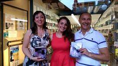 L'autrice sorride soddisfatta dopo la presentaizone del libro accompagnata da coloro che hanno reso possibile la giornata! #presentazione #libro # bisbigloiando #novità #