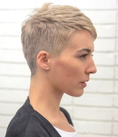 In case you're searching for a hairstyle that is both striking and easy, short pixie styles are the way to go. Here are our favorite short pixie styles! Very Short Bangs, Very Short Pixie Cuts, Short Blonde Pixie, Pixie Cut With Bangs, Short Pixie Haircuts, Hairstyles Haircuts, Short Hair Cuts, Cool Hairstyles, Long Pixie