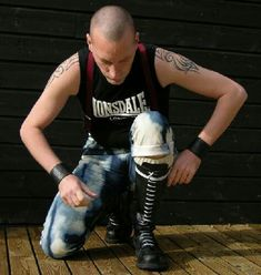 Bowing to his skinhead Master Mode Skinhead, Skinhead Men, Skinhead Boots, Skinhead Fashion, Men's Fashion, Leather Skin, Leather Boots, Fred Perry Polo Shirts, Skin Head