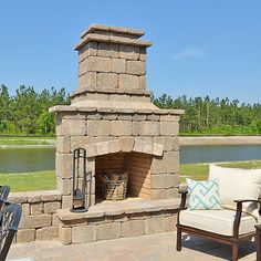 This fireplace from @lennarchas is perfect for outdoor living!
