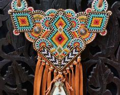 Eine grosse, Fett und schöne Perlen Halskette mit Hunderten von Glas Samen Perlen Hand abzeichnete in bunten geometrischen Designs inspiriert durch
