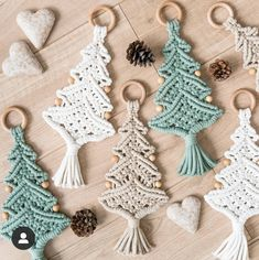 Sznurki na Kijku ( Macrame Wall Hanging Diy, Macrame Plant Hangers, Macrame Art, Macrame Projects, Noel Christmas, Christmas Ornaments, Xmas, Yarn Crafts, Diy And Crafts