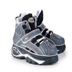 Lässiger, knöchelhoher Sneaker aus Leder mit ca. 6 cm Plateausohle, Schnürung, Klettverschluss und einer gepolsterten Innensohle.