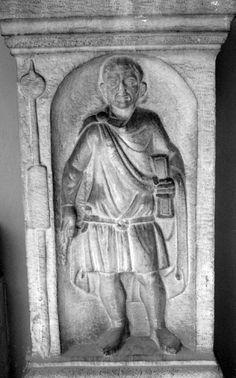 """Cipo funerario de G. Damianus, beneficiarius, decorada con un pilum que lleva en la punta el signo de su rango. 222-250 d.C.(Bologna, Mus. Civ. inv. 19310). Foto de Sofie Waebens. CIL, III, Suppl. 1, 6601; CBI, 734; Sophie Waebens, """"The Representation of Roman Soldiers on Third-Century AD Funerary Monuments from Nikopolis (Egypt)"""", fig. 3."""