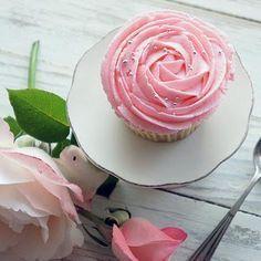 Como fazer frosting de morango. O frosting é um creme de cobertura usado para decorar cupcakes e bolos, com formas e sabores inimagináveis! Você pode fazer o frosting tradicional ou acrescentar suas frutas e essências favoritas para...