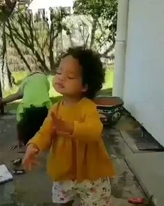 Dancing little angel Funny Baby Memes, Funny Video Memes, Stupid Funny Memes, Funny Relatable Memes, Most Hilarious Memes, Funny Videos For Kids, Cute Baby Videos, Funny Short Videos, Cute Funny Babies