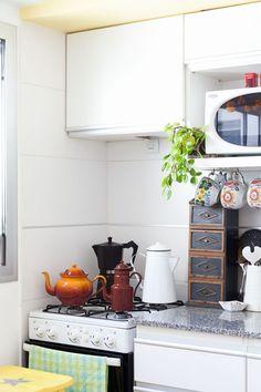 Interiores #165: Jardín secreto – Casa Chaucha Mini Kitchen, Kitchen Cart, Vintage Kitchen, Kitchen Ideas, Vintage Dressers, Hobbit Hole, Home Decor, Ideas Para, Nest