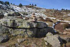 Camino indicado con hitos hacia el Pico Urbión
