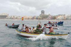 Se cumplió un año más el tradicional paseo marinero de la Virgen del Carmen por la Bahía de El Confital. La patrona de los hombres y mujeres del mar embarcó, como en todos los últimos domingos de julio, por La Puntilla para recorrer todos los puntos de la bahía entre vítores y boladores.