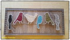 Quadro de passarinhos pousados no fio, utilizando a técnica de String Art. Foi feito em MDF com gancho para pendurar. Acabamento e moldura feitos com pastilhas de vidro.    O trançado de um quadro é único, nunca é idêntico ao outro, mas ficam semelhantes.