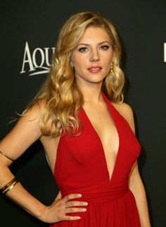 Katheryn Winnick plays the beautiful blonde Lagertha, wife of Ragnar Lothbrok, star of the TV series Vikings, ans is a kind of Nordic Wonder Woman. Lagertha, Beautiful Celebrities, Beautiful Actresses, Artiste Martial, Katheryn Winnick Vikings, Anna, Actrices Hollywood, Celebrity Photos, Divas