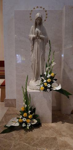Church Flower Arrangements, Church Flowers, Floral Arrangements, Altar Decorations, Flower Decorations, Sympathy Flowers, Arte Floral, Blessed Mother, Fresh Flowers