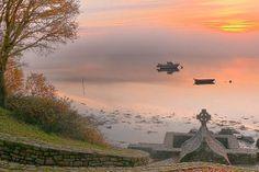 La petite île de Saint-Cado se trouve dans la ria d'Etel, dans le département du Morbihan. Reliée à la terre par un petit pont de pierre, elle vaut le détour pour sa chapelle romane et son calvaire.