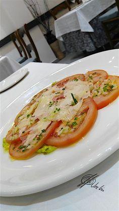 Esta receta de carpaccio de tomate es una forma distinta que hago en Errazki de degustar una ensalada de las tipo no-lechuga, con una presentación un poco más cuidada…. Sirve tanto como entrante, servida directamente en platos individuales, como de plato para compartir, disponiendo las lonchas de tomate en una fuente de la que cada... Lea más Veggie Recipes, Salad Recipes, Vegetarian Recipes, Cooking Recipes, Healthy Recipes, Big Meals, Easy Meals, Tapas, Food Decoration
