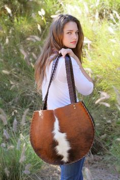 Would make a good rope bag! Cowgirl Bling, Cowgirl Style, Leather Purses, Leather Handbags, Leather Bags, Cowhide Bag, Western Purses, Into The West, Best Purses
