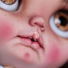 Blythe by Julia Garcia. Hi, I'm Cristina, and I want to show you my little teeth.  Hola, soy Cristina, y os quiero enseñar mis pequeños dientes.  #blythelover #blythestagram #blythecustom #instablythe #blythedoll #blythe #blytheooak #ooak #blythedolls #blythethailand #dolls #factoryblythe #neoblythe #fab_toys #neoblythe #instadolls #artdoll #love #ブライズ #blytheooak #takaratomy #takarablythe #JGCustom2017 #dollphotography #kawaii #JGBlytheCustom #jgblythecustom