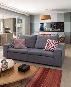 Decoração de sala com sofá cinza e almofadas estampadas
