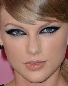 Close-up of Taylor Swift at the 2015 MTV Video Music Awards. Taylor Swift Makeup, Taylor Swift Style, Taylor Alison Swift, Celebrity Skin, Celebrity Faces, Blue Smokey Eye, Mtv Video Music Award, Music Awards, Beauty