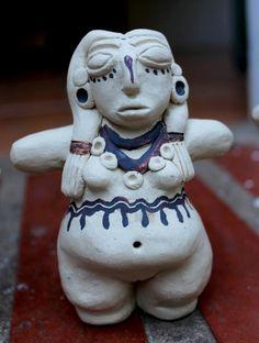 """Reinterpretación de las """"mujeres bonitas"""" del Arte Precolombino, reliquias femeninas de la fertilidad .  11-15 cm de altura.  Arcilla refrectaria chamotada.  Pedidos a: ceramicatierraviva@hotmail.com"""