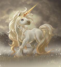 süße einhorn bilder   ein kleines süßes weißes einhorn mit blauen augen, einer langen weißen dichten mähne und einem langen goldenen horn, bergen mit schnee, himmel mit wolken