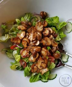 Een Thaise salade met in oestersaus gemarineerde champignons. Easy Healthy Recipes, Asian Recipes, Healthy Snacks, Ethnic Recipes, Salade Caprese, Mushroom Salad, Good Food, Yummy Food, Portobello