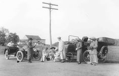 Changing a flat tire, ca. 1915.  9015-003-001 #10761pn.  Delaware Public Archives.  www.archives.delaware.gov