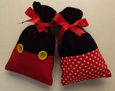 Sobras de tecidos, feltro ou tnt: Faça sacos de presente , enfeite com botões e amarre com fita e tenha sempre à mão na hora que for presentear. Veja passo a passo como fazer