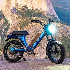 This fattired moped style electric bike was inspired by retro mopeds. Meet the traditional cool looking Scorpion by Juiced Bikes. Bicycle Decor, Bicycle Rack, Bicycle Design, Bicycle Wheel, Electric Bicycle, Electric Cars, Bmx, Recumbent Bicycle, Bicycle Workout
