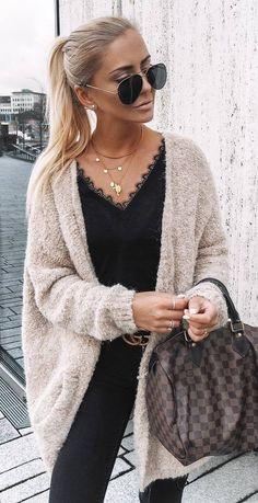 trendy outfit / mide cardi + black top + plaid bag + skinnies