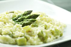 Creamy and starchy risotto is a great way to enjoy the flavor of vegetables, such as asparagus. The key to risotto is stirring often in order to lure starch from the grains, so don't skip the stirring steps in the process. Risotto Recipe For Beginners, Recipes For Beginners, Asparagus Risotto Recipe, Butternut Squash Risotto, Risotto Recipes, Shrimp Risotto, Crockpot Risotto, Crockpot Meals, Risotto