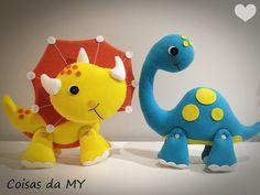 Dinossauro em Feltro para decorar sua festa.    Tricerátopo amarelo grande........31cm altura, 26cm largura  Pescoçudo azul grande    *Verifique agenda antes de finalizar seu pedido.