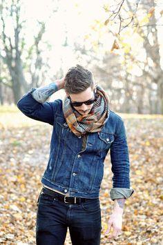 vaqueros o jeans en diferentes tonos y bufanda con textura sin olvidarse del cinturón. Me gusta.
