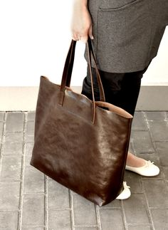 Brown leather tote LENA handmade by me from premium quality vegetable tanned Italian leather. Classic leather bag for everyday use in beautiful, deep, chocolate brown color. #etsyfinds #style