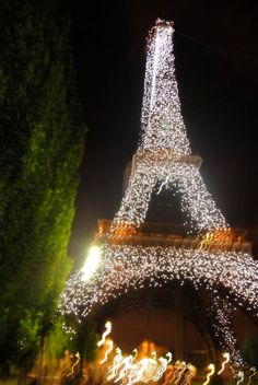 Eiffel tower at Christmas time! ♥