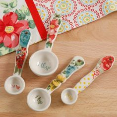 Pioneer Woman Stoneware Vintage Floral 4 Piece Measuring Spoon Set NEW Pioneer Woman Dishes, Pioneer Woman Kitchen, Pioneer Woman Recipes, Pioneer Women, Retro Vintage, Vintage Floral, Vintage Ladies, Kitchen Colors, Kitchen Decor