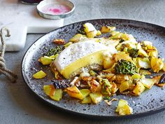 Pommes de terre au chou frisé avec fromage aux truffes Paella, Curry, Ethnic Recipes, Food, Sprouts, Chicken, Truffles, Cheese, Recipe