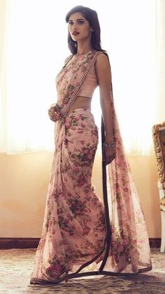 Do you require quality Classic Indian Sari something like Elegant Saree also Bollywood sari then Click Visit link above for more options Floral Print Sarees, Saree Floral, Pink Saree, Printed Sarees, White Saree, Sari Hindu, Indian Dresses, Indian Outfits, Indische Sarees