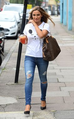 Sam Faiers does her best cat impression with dramatic feline eyeliner Sam Faires, Black Stilettos, Ripped Denim, British Style, Cool Cats, Casual Wear, Glamour, Style Inspiration, Eyeliner