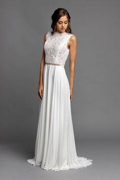 Unser Aisha Kleid haben wir für jene Bräute erdacht, die sich ein diskretes und feines Brautkleid wünschen. Das Oberteil aus wunderschöner Alencon Spitze ist ist ärmellos und wird im Rücken mit feinen Swarovski Perlen geschlossen. Der feine Chiffonrock dazu ist einfach und schlicht gehalten. Das Kleid würde sich hervorragend für eine Hochzeit in einer kleinen, intimen Kapelle eignen. Formal Dresses, Swarovski, Fashion, Wedding Outfit Guest, Nice Asses, Lace, Beads, Simple, Dresses For Formal