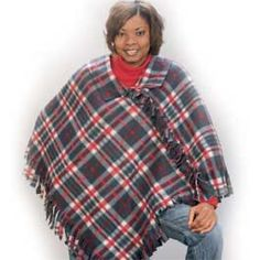 Sew Blankets Fleece Poncho: How to make this quick and easy project Fleece Crafts, Fleece Projects, Sewing Projects, Diy Projects, Sewing Crafts, Felt Projects, Sewing Diy, Free Sewing, Poncho Pattern Sewing